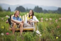 Couple on Bench in Field, Portland, Oregon, USA 11030051167| 写真素材・ストックフォト・画像・イラスト素材|アマナイメージズ