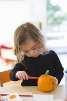 Girl Carving Pumpkin, Portland, Multnomah County, Oregon, USA 11030051236| 写真素材・ストックフォト・画像・イラスト素材|アマナイメージズ