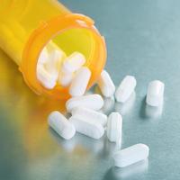 Pills Spilling from Bottle 11030051274| 写真素材・ストックフォト・画像・イラスト素材|アマナイメージズ
