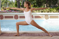 Woman in Warrior Pose by Pool 11030051303| 写真素材・ストックフォト・画像・イラスト素材|アマナイメージズ