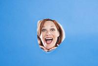Woman Looking Through Hole 11030051327| 写真素材・ストックフォト・画像・イラスト素材|アマナイメージズ