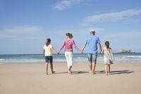 Family on Beach, Camaret-sur-Mer, Finistere, Bretagne, France 11030051389  写真素材・ストックフォト・画像・イラスト素材 アマナイメージズ