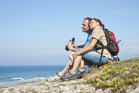 Couple on Beach, Camaret-sur-Mer, Finistere, Bretagne, France 11030051407| 写真素材・ストックフォト・画像・イラスト素材|アマナイメージズ