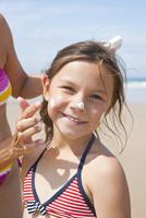 Girl on Beach, Camaret-sur-Mer, Finistere, Bretagne, France 11030051420| 写真素材・ストックフォト・画像・イラスト素材|アマナイメージズ