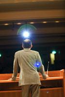 講演中の男性 11031026311| 写真素材・ストックフォト・画像・イラスト素材|アマナイメージズ