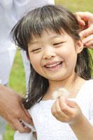 たんぽぽの綿毛を持つ女の子 11031046074| 写真素材・ストックフォト・画像・イラスト素材|アマナイメージズ