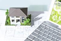 ノートパソコンと家の模型