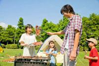 バーベキューを楽しんでいる家族 11031048906| 写真素材・ストックフォト・画像・イラスト素材|アマナイメージズ