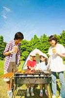 バーベキューを楽しむ家族 11031048909| 写真素材・ストックフォト・画像・イラスト素材|アマナイメージズ