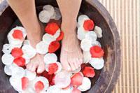フットバスに浸かっている女性の足 11031049966| 写真素材・ストックフォト・画像・イラスト素材|アマナイメージズ