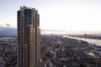 高層マンションと大阪港区の町並み