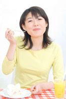 ケーキを食べる女性 11031051849| 写真素材・ストックフォト・画像・イラスト素材|アマナイメージズ