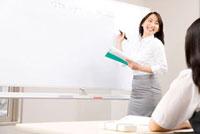 授業中の塾講師