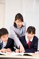 生徒達に教える塾講師 11031052850| 写真素材・ストックフォト・画像・イラスト素材|アマナイメージズ