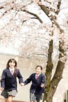 校庭を走る女子中学生2人