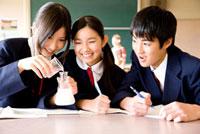 理科の実験をする中学生3人