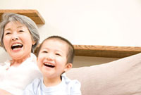 笑顔の孫息子と祖母 11031055913| 写真素材・ストックフォト・画像・イラスト素材|アマナイメージズ