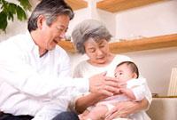 赤ちゃんをあやす祖父母 11031055940| 写真素材・ストックフォト・画像・イラスト素材|アマナイメージズ