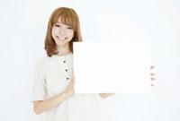 メッセージボードを持っている女性