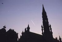 グランプラス広場の塔と飛行機雲