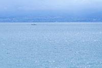 帰港する漁船