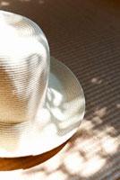 麦わら帽子に落ちる木の影