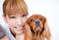 キャバリアと笑顔の動物看護師