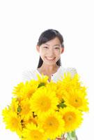 ヒマワリの花束を持つ女性