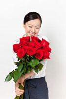 バラの花束を持つ店員さん