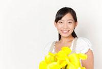 カラーの花束を持つ女性