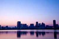 大阪淀川に映る北区のビル群