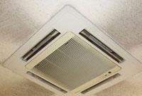 天井の汚れたビルトインエアコン