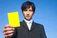 イエローカードをもつビジネスマン 11031065313| 写真素材・ストックフォト・画像・イラスト素材|アマナイメージズ