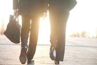 歩くビジネスマンとOLの後姿 11031065330| 写真素材・ストックフォト・画像・イラスト素材|アマナイメージズ
