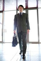 ロビーを歩くビジネスマン 11031065341| 写真素材・ストックフォト・画像・イラスト素材|アマナイメージズ