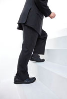 階段をのぼるビジネスマン 11031066392| 写真素材・ストックフォト・画像・イラスト素材|アマナイメージズ