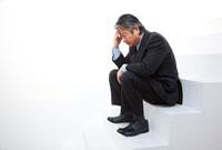 階段で座り込み落ち込むビジネスマン 11031066393| 写真素材・ストックフォト・画像・イラスト素材|アマナイメージズ