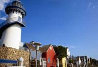 フィッシャーマンズ・ビレッジの家々と灯台