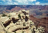 観光客の見下ろす雄大なグランドキャニオン