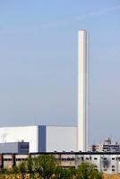 ゴミ焼却工場の煙突と青空