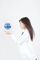 地球儀を見つめる笑顔の女子高校生