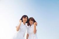 ガッツポーズをする看護師2人