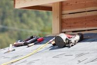建築中の家と大工道具