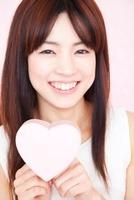 笑顔でハートを持つ女性 11031072074| 写真素材・ストックフォト・画像・イラスト素材|アマナイメージズ
