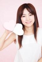 笑顔でハートを持つ女性 11031072077| 写真素材・ストックフォト・画像・イラスト素材|アマナイメージズ
