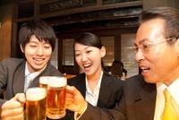 居酒屋で乾杯をするビジネスマン達