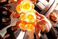ビールで乾杯するビジネスマン達