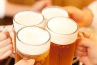 ビールで乾杯する女性達の手元