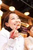 ホルモン焼きを食べる女性