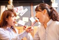 キムチを食べさせ合う女性2人